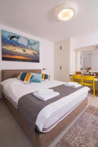 Ein Bett oder Betten in einem Zimmer der Unterkunft HaBaitBe Matityahu By HabaitBe