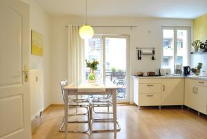 A kitchen or kitchenette at Appartement Dresden
