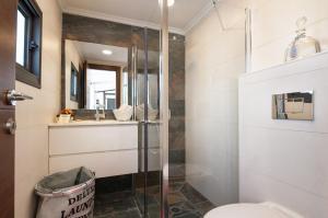 A bathroom at Sweet Inn Apartment - King David 10