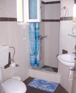 A bathroom at Aliveri Rooms