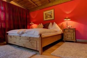 A bed or beds in a room at Serviced Apartments VILLA LICHT