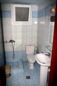 A bathroom at Johny's Studios