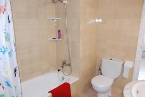 A bathroom at Apartamento L Escala