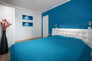 A bed or beds in a room at Apartament Morski