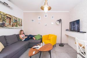 Lounge oder Bar in der Unterkunft HaBaitBe Matityahu By HabaitBe