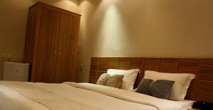 A bed or beds in a room at Al Muhaidb For Hotel Apartments 25