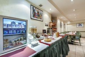 A restaurant or other place to eat at Pavillon Courcelles Parc Monceau