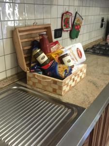"""A kitchen or kitchenette at appartamento """"GLI ANGELI"""" Casola Valsenio"""
