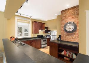 A kitchen or kitchenette at Apartments at Cadder House