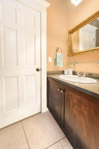 A bathroom at Apartments at Cadder House