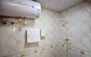 (Xining Warm Family Apartment)