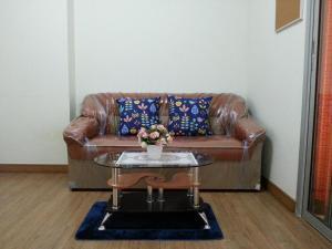 A seating area at Kensington condo
