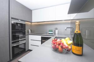 A kitchen or kitchenette at Modern 2 bedroom apartment in Central London