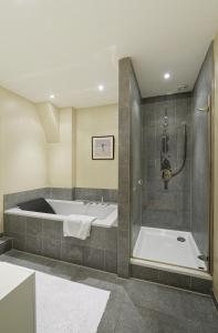 A bathroom at Prinsengracht Canal House