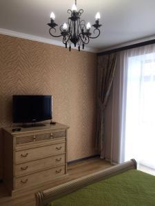 Телевизор и/или развлекательный центр в Apartment on Partizanskaya 55