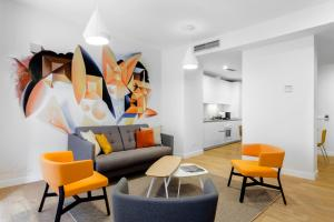 The lounge or bar area at Home Art Apartments