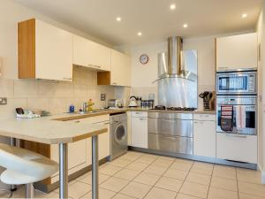 A kitchen or kitchenette at Poppies