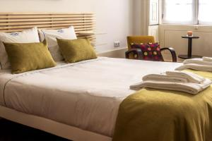 A bed or beds in a room at Cool in Porto Downtown