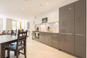 A kitchen or kitchenette at Kingfisher Apartments Cambridge City
