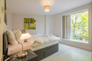 A bed or beds in a room at Kingfisher Apartments Cambridge City
