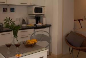 A kitchen or kitchenette at Antonio's Garden Apartments