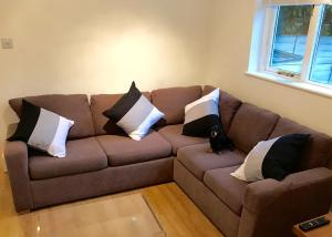 A seating area at Parsons Green garden flat