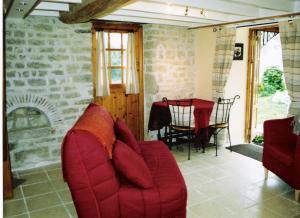 A seating area at Le Biscottage Arcy-sur-Cure