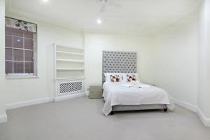 A bed or beds in a room at London Lifestyle Apartments - Belgravia - Style