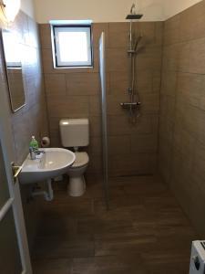 A bathroom at Amarilisz Vendégház