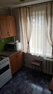 Кухня или мини-кухня в Apartamenty na ulitse Savushkina