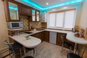 Кухня або міні-кухня у Modern apartment on Akademika Sakharova 27a
