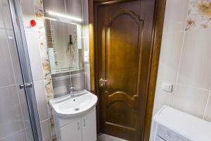 Ванна кімната в Modern apartment on Akademika Sakharova 27a