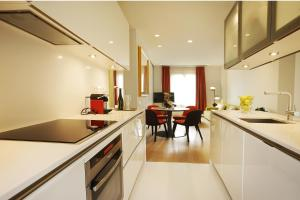 A kitchen or kitchenette at Cosmo Apartments Rambla Catalunya