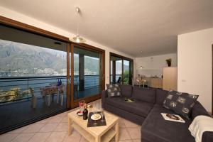 A seating area at Va Pensiero sul lago