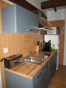 """A kitchen or kitchenette at """"Côté plage"""""""