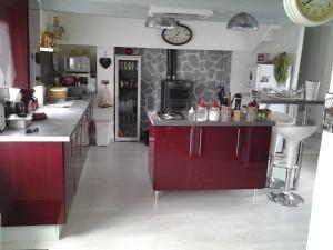 Cuisine ou kitchenette dans l'établissement Maison de la Foret
