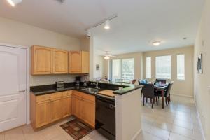 Cuisine ou kitchenette dans l'établissement Pleasant Condo near Disney
