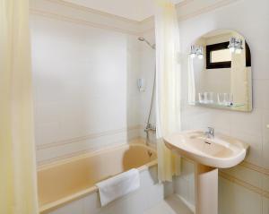A bathroom at Paradise Court Aparthotel