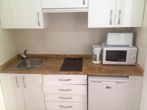 Een keuken of kitchenette bij Bungalow Cala Llobeta 32