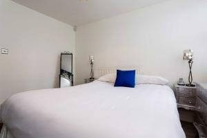 A bed or beds in a room at Veeve - Cosy Clapham Common 2 Bedroom Flat