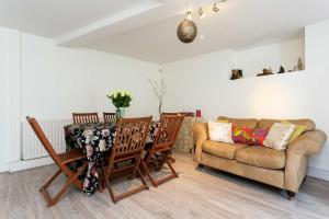 A seating area at Veeve - Cosy Clapham Common 2 Bedroom Flat