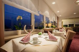 A restaurant or other place to eat at Landhaus Kramer