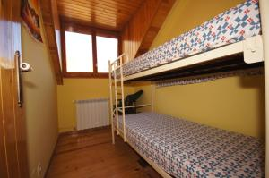 A bunk bed or bunk beds in a room at Ribagorza diez y seis
