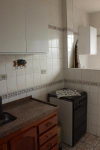 A kitchen or kitchenette at Apartamento Enseada