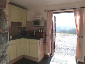 A kitchen or kitchenette at Bwthyn Wnion