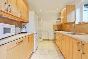 A kitchen or kitchenette at Fulham Short Stay