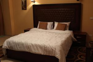 A bed or beds in a room at Heliopolis Rock Residence