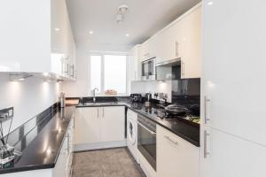 A kitchen or kitchenette at Creed 3 Bed London Bridge House