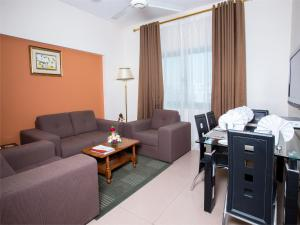 A seating area at Safeer Plaza Hotel Apartments