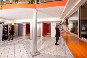 The lobby or reception area at Séjours & Affaires Bordeaux de L'Yser